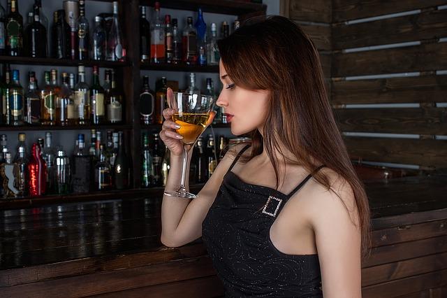žena na baru