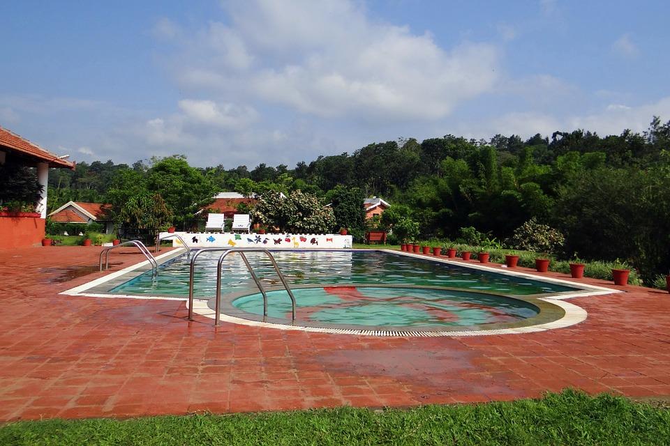 krásný bazén v exteriéru